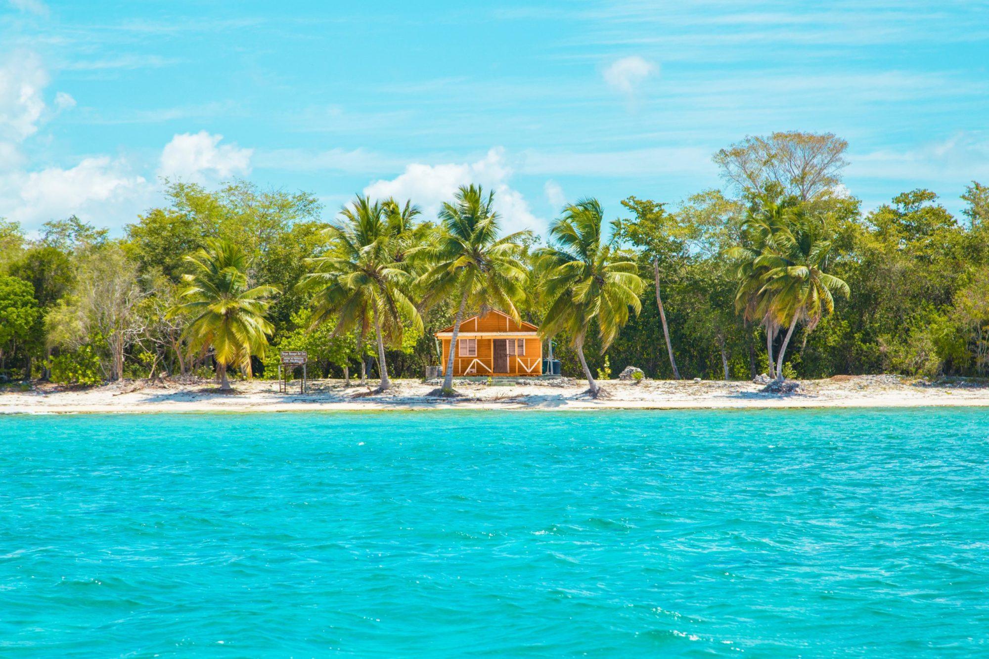 海と椰子の木と小さなキャビン