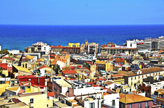 町と海の景色