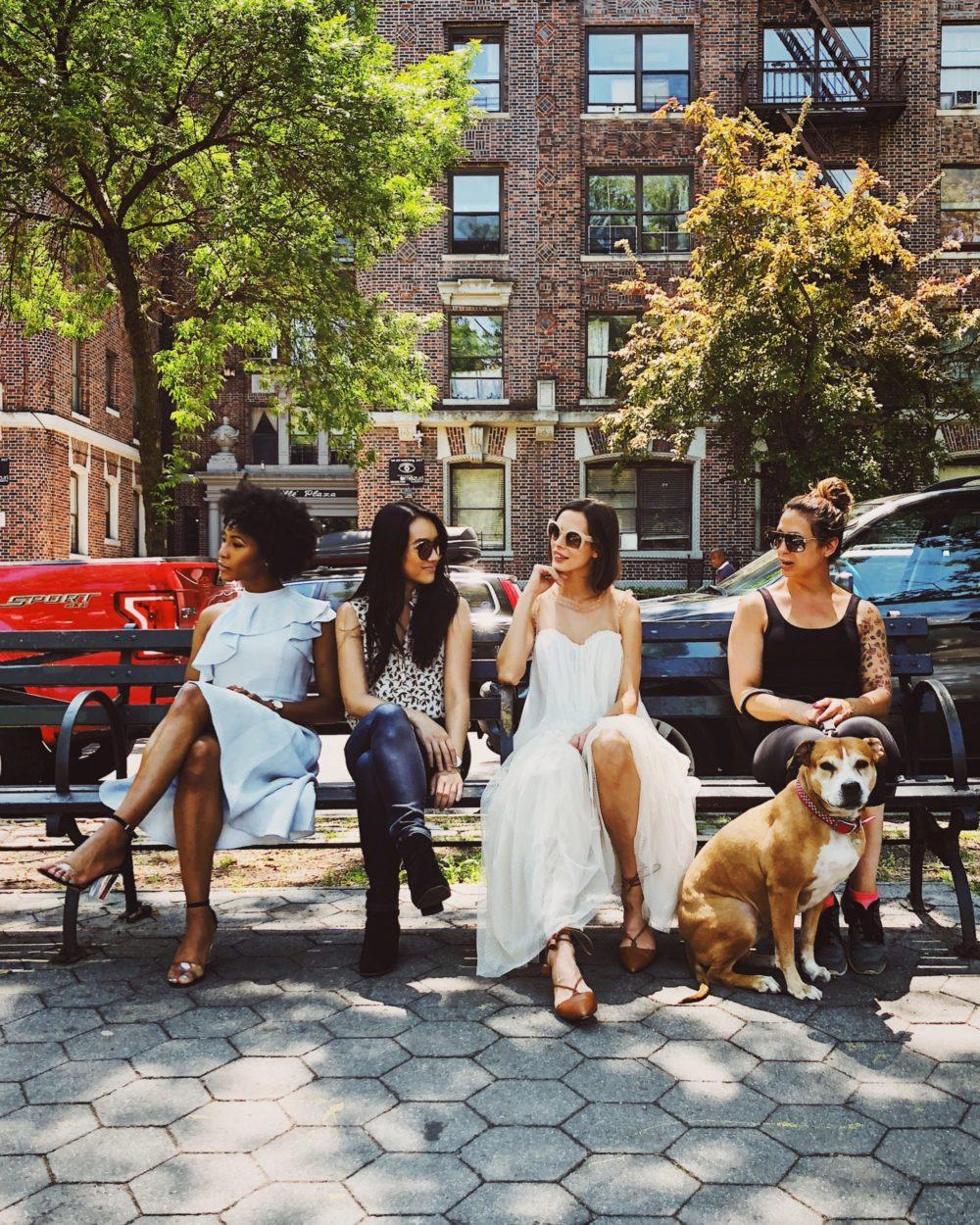 ベンチに座る女性達